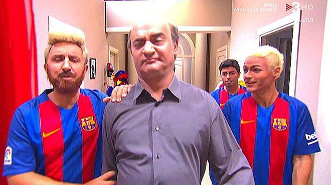 Merlí (David Olivares) con los Messi y Neymar de 'Crackòvia'.