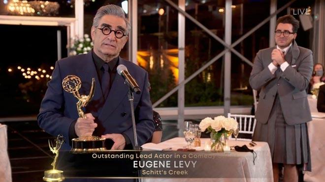 'Succession', 'Watchmen' y una histórica 'Schitt's Creek' conquistan los Emmy.En la foto, Eugene Levy recibiendo su premio a mejor actor por su papel en la serie 'Schitt's Creek'.