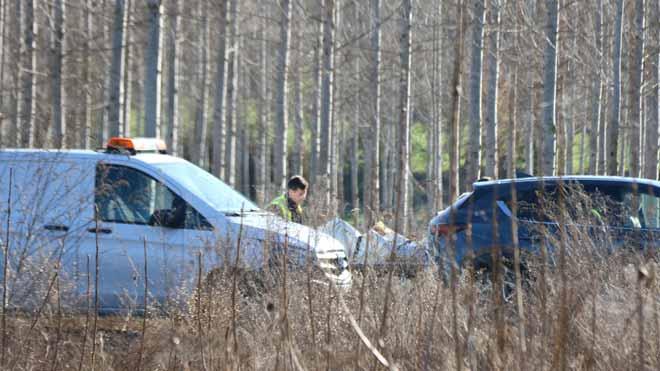 Técnicos y forenses trabajan en la acequia de Sils en la que ha aparecido muerto un joven en su coche.