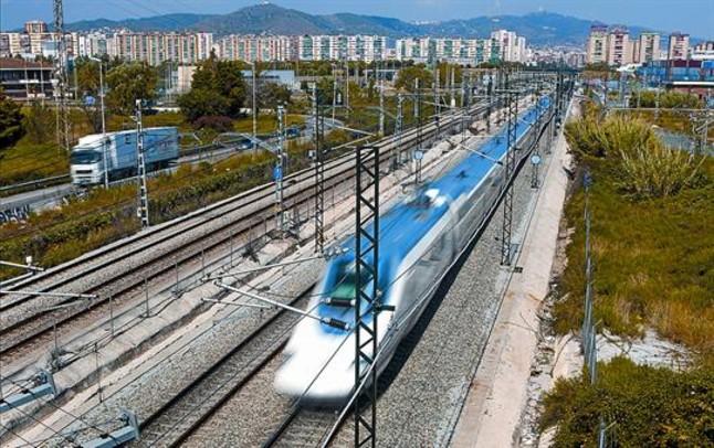 Un tren del AVE Barcelona-Madrid, al paso por el término de LHospitalet de Llobregat.