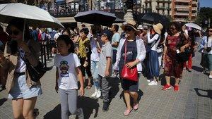 Turistas, en los alrededores de la Sagrada Família, en agosto.