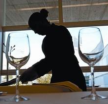 Una estudiante de Hostelería y Turismo prepara una mesa, en Barcelona.