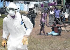 Una mujer se lamenta tras conocer que su marido ha muerto a causa del ébola, en Liberia, en octubre pasado.
