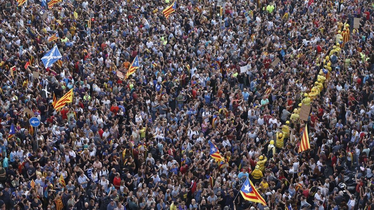 Una multitud llena a Plaça Universitat.