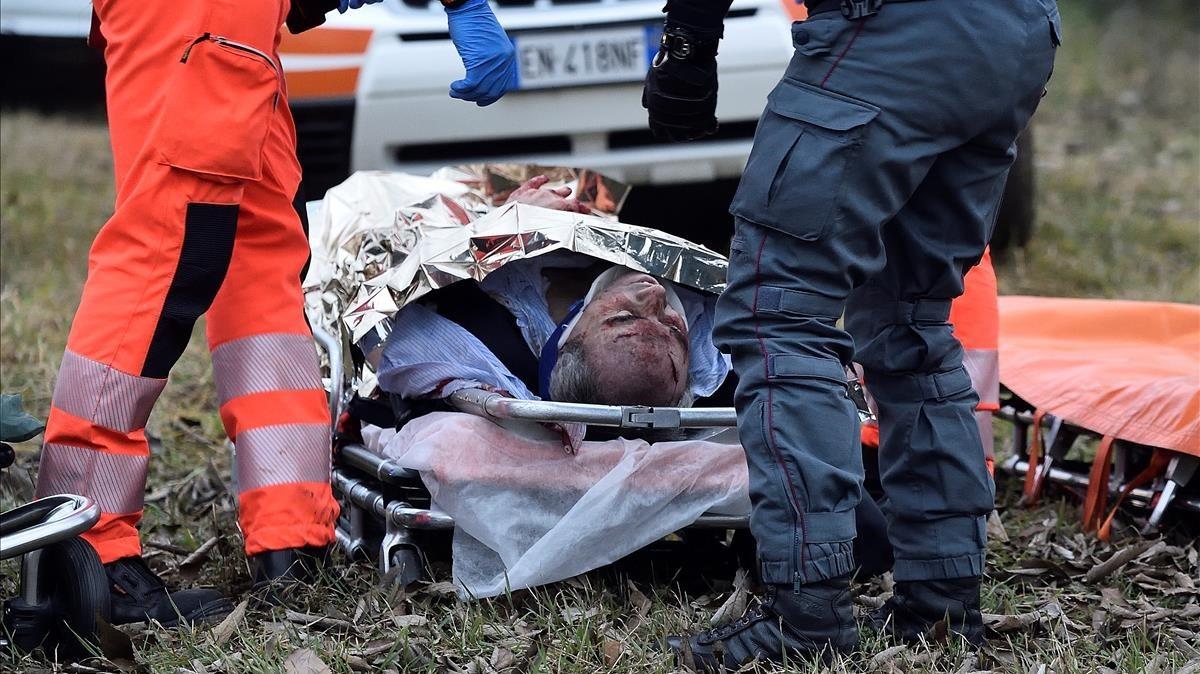 Una persona herida se encuentra en una camilla después de que dos trenes se descarrilaron en Pioltello.