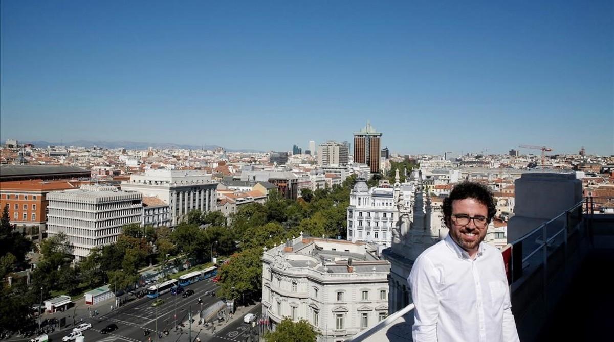 Guillermo Fernández, impulsor de #Hablemos#Parlem, la marea blanca prodiálogo, en el mirador del Ayuntamiento de Madrid.