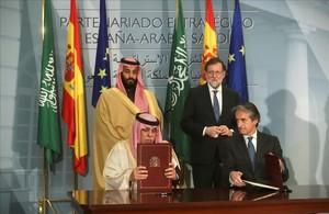 El expresidente del Gobierno,Mariano Rajoy,y el exministro de Fomento, con el principe heredero de Arabia Saudi, en La Moncloa en abril del 2008.