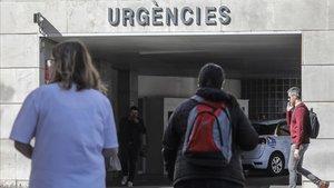 Personal sanitario en la puerta de Urgencias de Hospital Clínico de València donde se encuentra ingresado un paciente con coronavirus.
