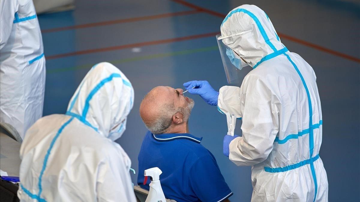 Sanitarios realizan PCR en el cribado masivo de Girona, el pasado día 10.