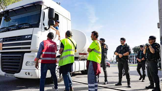 Transportistes en vaga bloquegen l'entrada al port de Barcelona