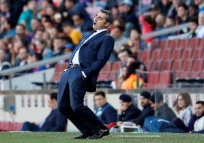Ernesto Valverde, junto al banquillo del Camp Nou.