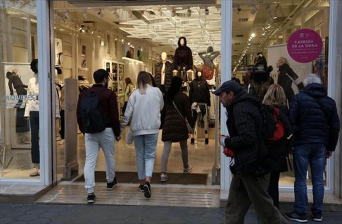 Varios clientes entran en una tienda del paseo de Gràcia, en Barcelona.
