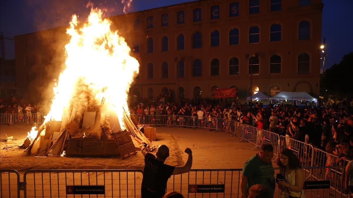 La hoguera de Sant Joan en Can Fabra de Barcelona, este sábado.