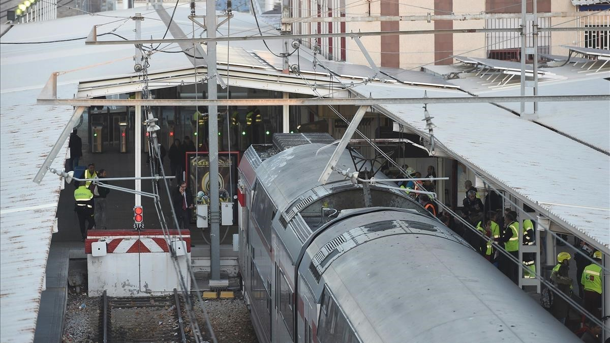 Vista del tren de Cercanias que ha chocado con la topera en una via de la estacion de Alcala de Henares.
