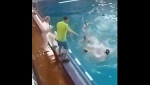 La brutal puntada de peu d'un entrenador a un rival durant un partit de waterpolo