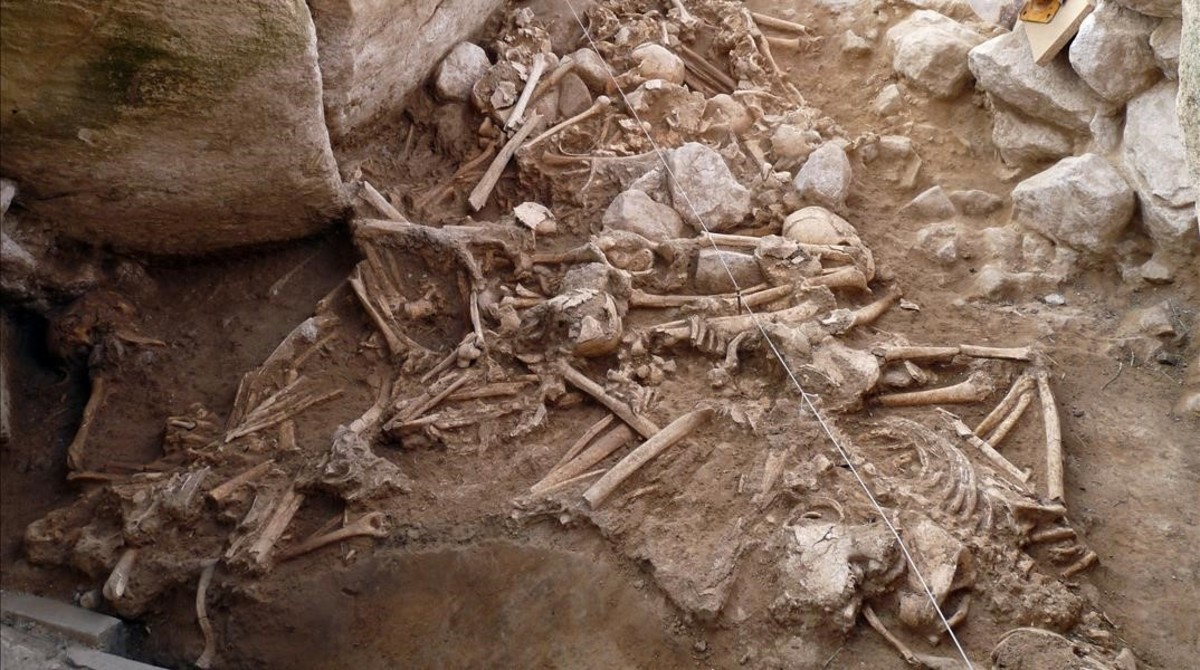 Esqueletos del Neolítico localizados en el yacimiento del Alto de la Huesera,en el sur de Álava.