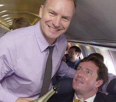 Piers Morgan, junto al cantante Sting, en una imagen del 2001.