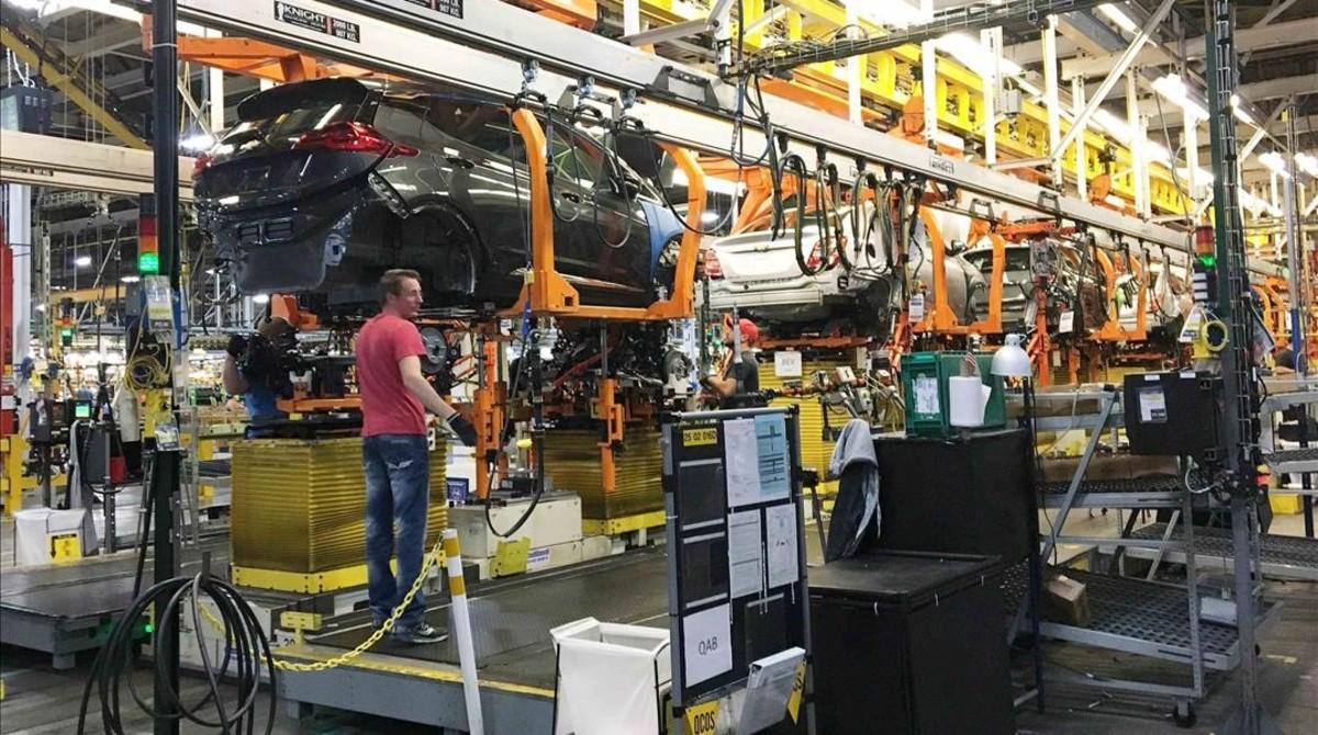 Trabajadores de la cadena de montaje del Chevy Bolt EV de General Motors, en la planta de Orion Township (Michigan, EEUU).