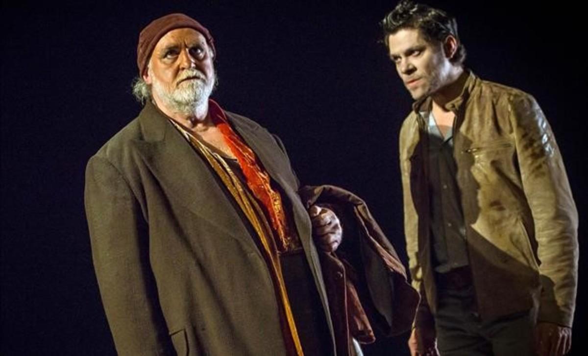 Andreu Benito e Ivan Benet, en una escena de En la solitud dels camps de cotó, de Bernard-Marie Koltès.