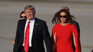 Donald Trump y su esposa Melania tras aterrizar en el aeropuerto de Palm Beach.