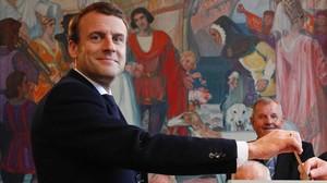 Emmanuel Macron, en el momento de depositar el voto.