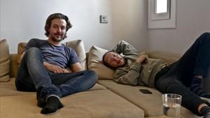 Nelson Bisbal (izquierda), ingeniero de 31 años,es uno de los muchos profesionales cualificados que comparten piso en Barcelona. A la derecha, uno de sus compañerosde vivienda, Carles Roman.