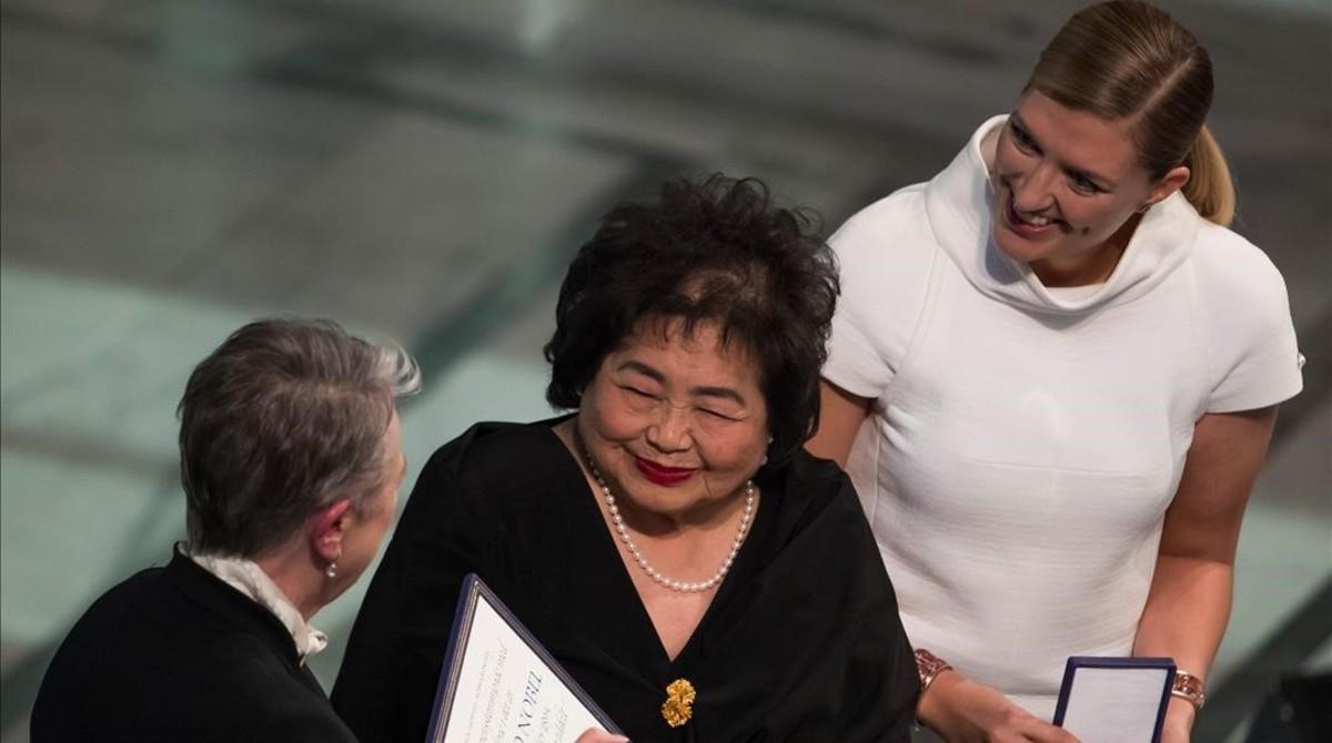 La superviviente de HiroshimaSetsuko Thurlow (en el centro) yBeatrice Fihn, directora ejecutiva de ICAN (a la derecha), recogen el Nobel.