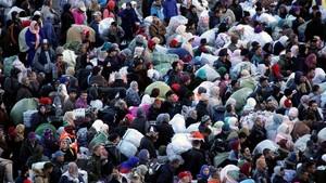 Unes 350 portadores entren a la carrera per la frontera de Ceuta