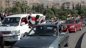 Ciudadanos sirios se manifiestan contra el ataque.