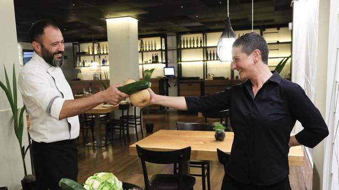 Albert Mendiola y Patricia Torres, esgrima con vegetales en la sala de Marimorena BCN.