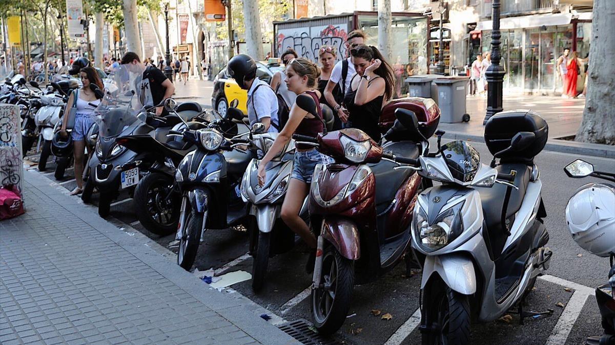 Motos aparcadas en la calleen Barcelona.