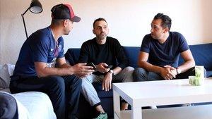 Mustafá, Marcos y Juan, en el comedor del piso tutelado que comparten en Figueres.