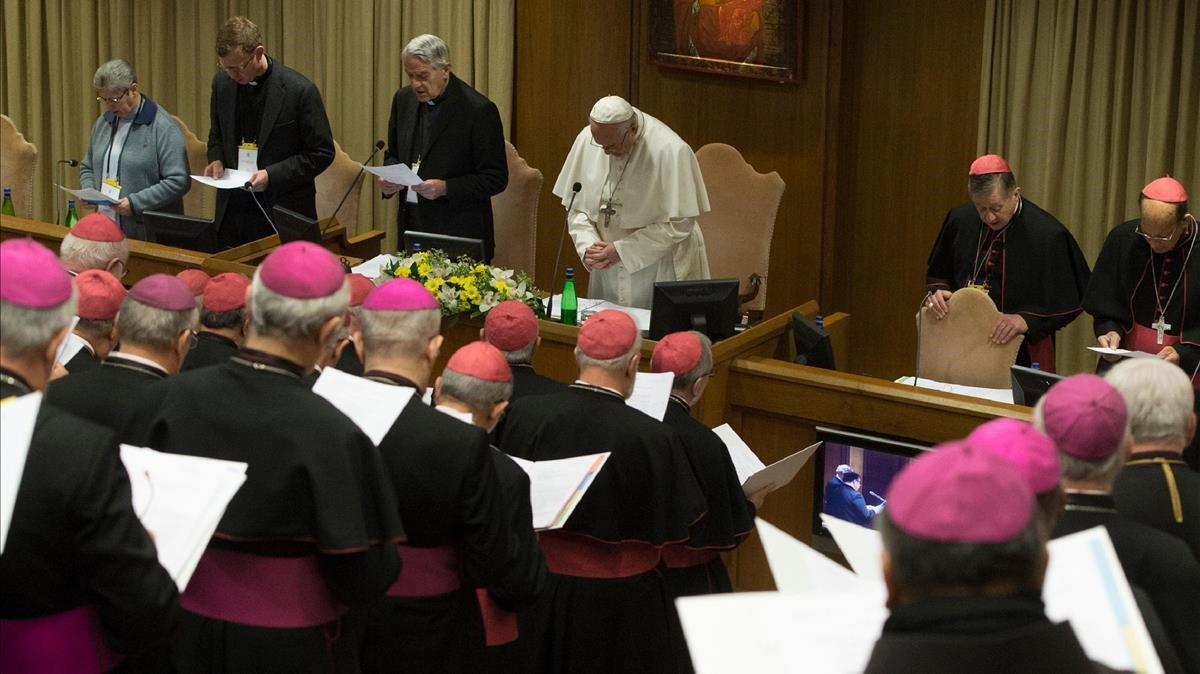 El papa Francisco dirige una oración durante el encuentro de obispos para la protección de la infancia, este viernes.