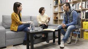 Una vecina afectada, en el centro, narra a dos mediadores los problemas que sufre en su finca.