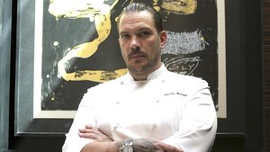 El cocinero Aurelio Morales, ante un cuadro del restaurante Cebo, en el Hotel Urban, en Madrid.