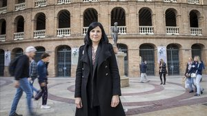 Raquel Aguilar, candidata del Partido Animalista Contra el Maltrato Animal, frente a la plaza de toros de València