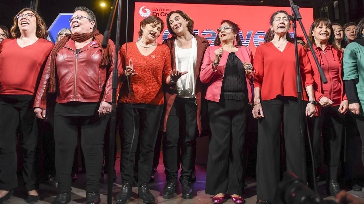 Colau junto a cantantes del Cor Rebel, creado por Barcelona en Comú, el pasado jueves duranteel inicio de campaña, en Sant Antoni.