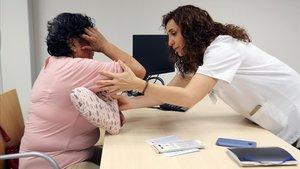 La doctora Ana Rodríguez atiende a una paciente en el ICO, en L'Hospitalet de Llobregat.