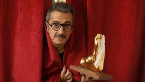Andreu Buenafuente, director del festival Singlot, con el 'Singlot d'Honor'que este año se entregará a Pepe Rubianes a título póstumo.