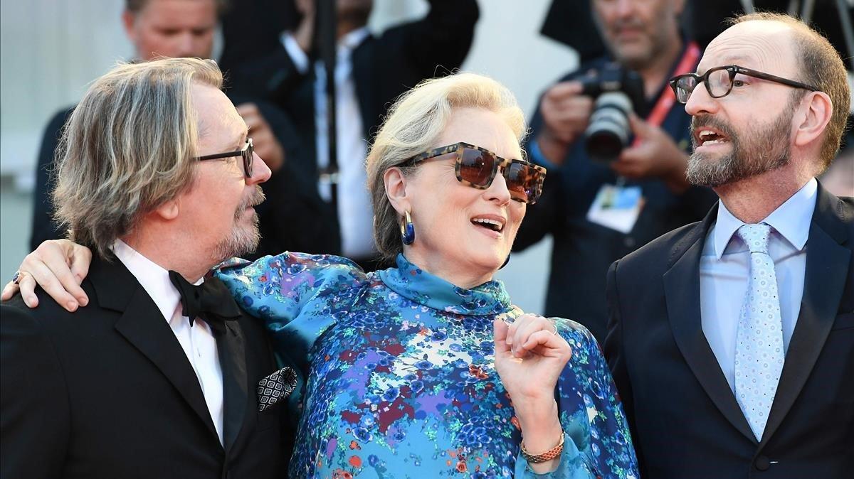 Gary Oldman (actor), Meryl Streep (actriz) y Steven Soderbergh (director) en la presentación de la películaThe Laundromat en el festival de cine de Venecia.