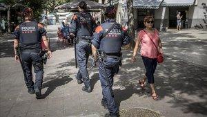 Los ARRO patrullan por la avenida Severo Ochoa de L'Hospitalet ante el repunte de los delitos de desorden público relacionados con el incivismo.