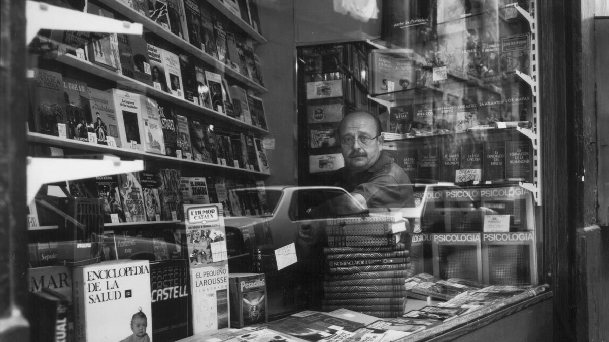 Manuel Vázquez Montalbán, en una antigua librería del Raval de Barcelona.
