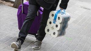 Cargar con doce rollos de papel parece obligado estos días para quien va al supermercado