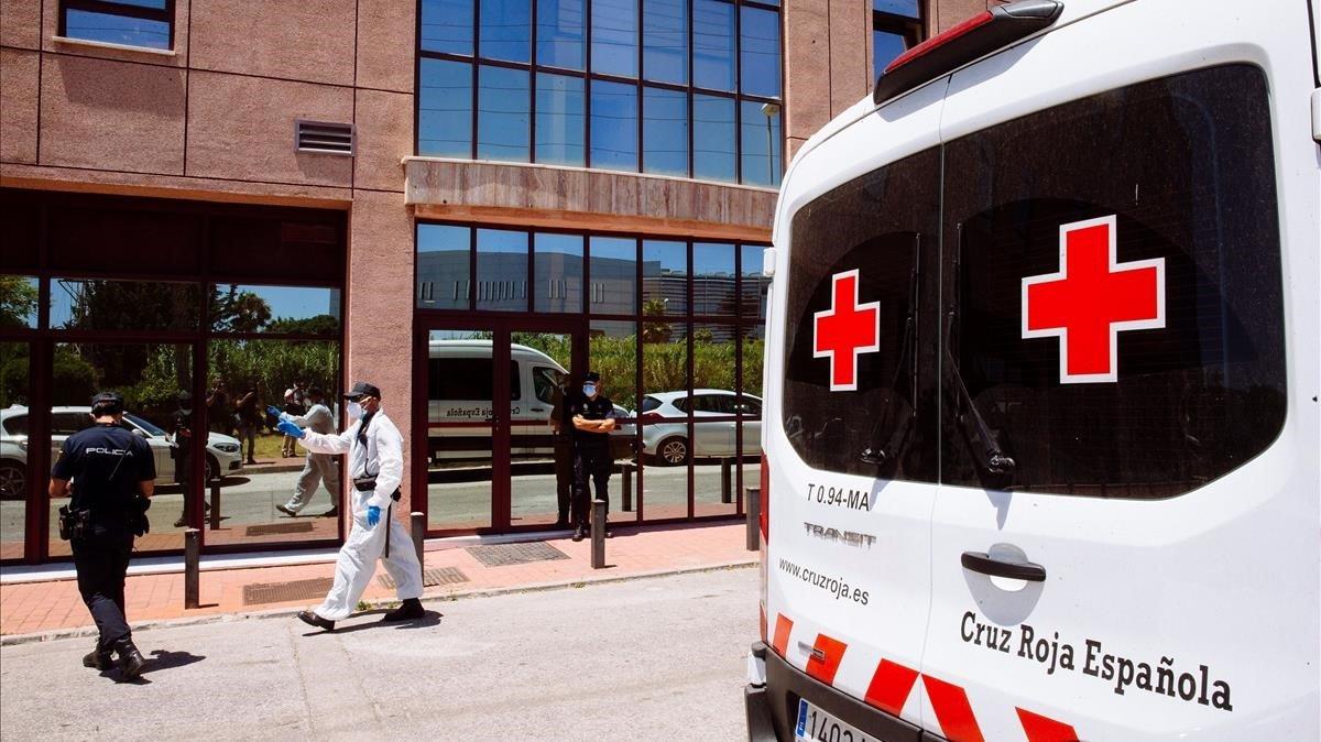Agentes del Cuerpo Nacional de Policía a las puertas del Centro de AcogidaEmergencia y Derivación de Cruz Roja de Málaga.