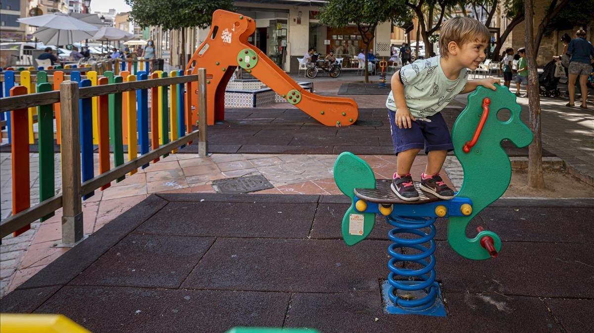 Un niño juega este miércoles en València en una de las zonas de juegos que será clausurada de manera inminente para contener nuevos contagios