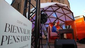 El escenario de la Biennal de Pensament, en la plaza de Joan Coromines, este martes.