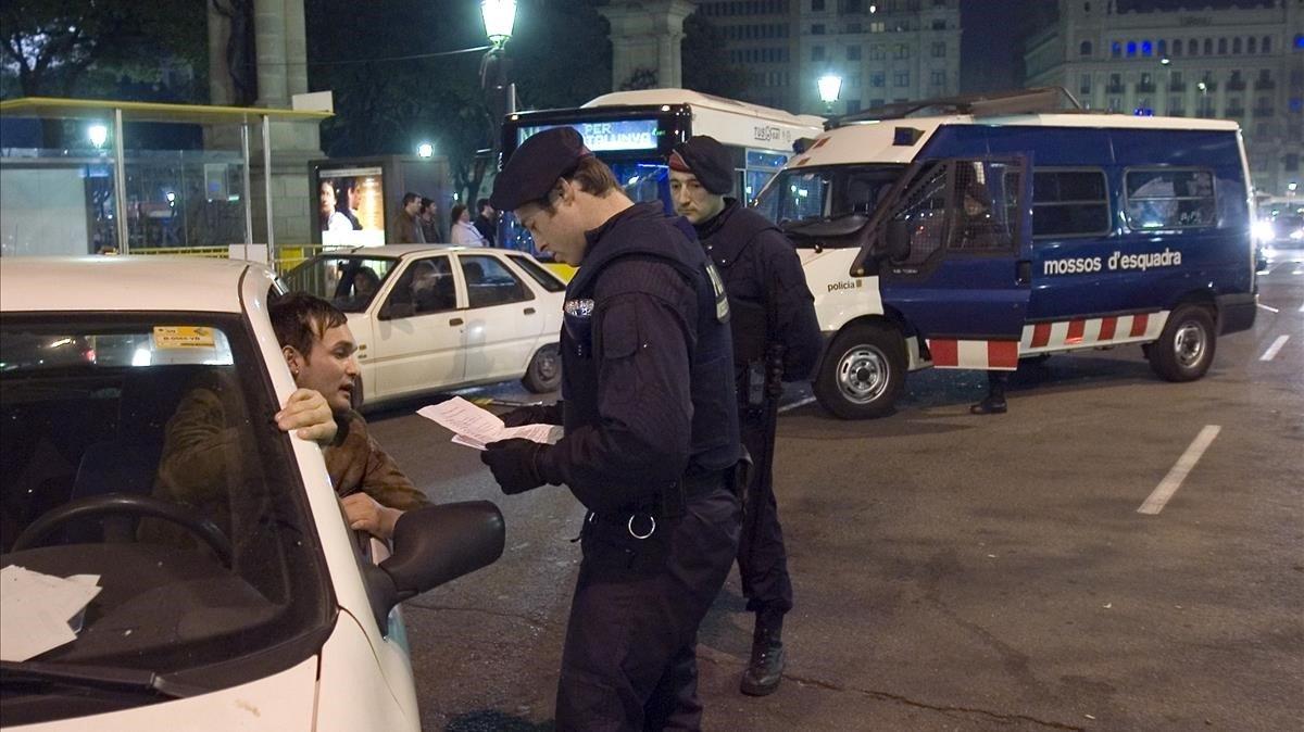 Agentes de los Mossos realizando un control en la plaza España, de Barcelona.
