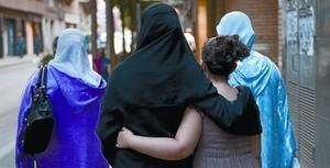 Dones musulmanes caminen per un carrer de Salt.