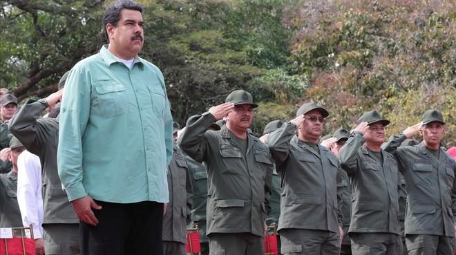 Maduro (izquierda) durante un desfile militar en Campo de Carabolo (Venezuela), el 28 de diciembre.