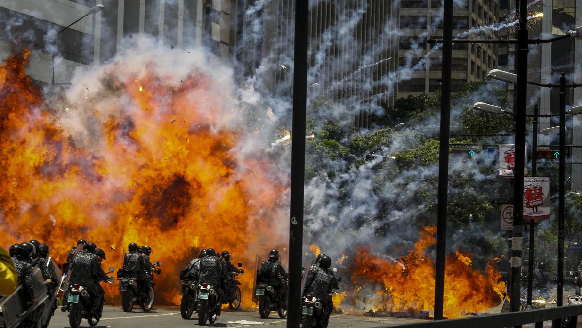 Explotan dos motos de los antidisturbios venezolanos.
